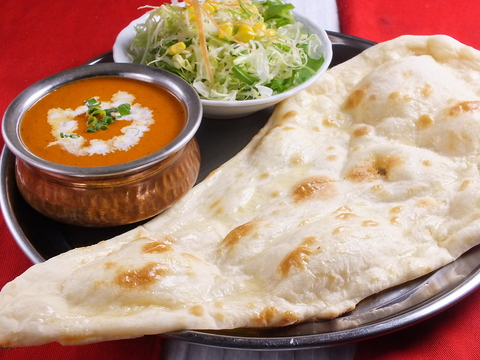栄養バランス◎とってもヘルシーなインドネパール料理店。赤い看板が目印!