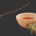「香りを楽しむ」オリジナルティーカップ。オレンジフィールズティーガーデンでは、特製のティーカップでご用意しております。 日本の茶器のように両手で包み込むようにして飲むことで、より深く香りをお楽しみいただけます。