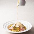 料理メニュー写真ベーコンとマッシュルームのチーズフォンデュペペロンチーノ