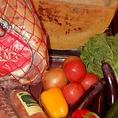 パルメザンチーズ、ミラノサラミなどイタリアの厳選食材や国産野菜にこだわりあり♪
