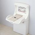 女性トイレ内に1台、おむつ替えシートがございます。