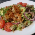 料理メニュー写真ガーリックシュリンプとアボカドのハワイアンサラダ