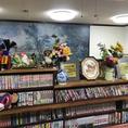 2階にはコミックがずらり~まるで昭和の喫茶店のようでもあります。コミックは常連のお客様がおいて行ったものだそう、もちろんお食事を楽しみながらお読みいただいてもOKです。