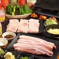 【特徴2】韓式焼肉(皮付き豚サムギョプサル)◆単品でもコースでも♪780円/3500円~不動の大人気!!たっぷり野菜と巻いて美味しくヘルシーに★コースは飲み放題付きで3500円~♪単品は780円♪