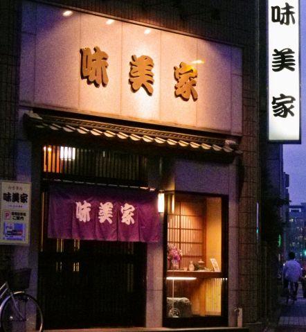 1階は大衆的な居酒屋の雰囲気。2階は高級感ある和室で落ち着ける空間が広がる。