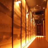 【全席完全個室】通路を抜けてプライベート空間へご案内。※写真は系列店の写真です