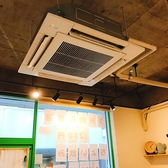 天井には、大きな空調機!
