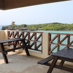 テラス席からは、透明度バツグンの海を眺めながら海風と波の音を体感できます!