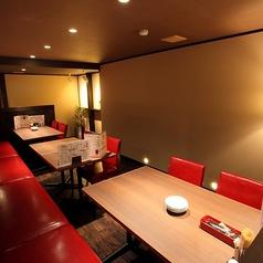 4名様用のテーブル席をご用意いたしております。広めのテーブル席ですのでお料理を沢山頼んでも安心です。