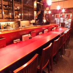 アツアツ、サクサク!揚げたての串揚げをカウンターで。間近で料理人の手仕事が見える楽しいお席です。