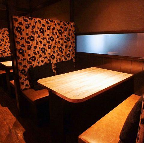 【4名様~6名様向けのテーブル席】隣のお席と仕切られたBOX型のお席や半個室風のお席などを多数ご用意しています。高級感のあるテーブル席ならお祝いごとにもおすすめです。ご宴会を開催するなら「土間土間」をぜひご利用ください!