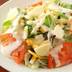 料理メニュー写真モッツァレラチーズシーザーサラダ