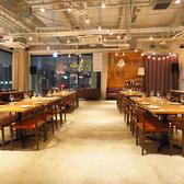 【広々としたパーティースペース】パーティー会場の席が狭くて窮屈な思いをしたことはありませんか?当店はテーブル間を広くとっているのでとっても楽です♪