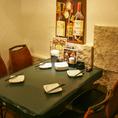 重厚感のある石壁と漆喰の柔らかな雰囲気のあるダイニングテーブルです。騒がしい派手な色を抑えているのは、今夜訪れたゲストが一番輝くようにとの配慮からです。素敵な時間をお手伝いできますように…これがスタッフの願いです。