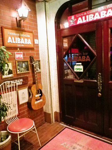 音楽好きならALIBABAへ。マスターの弾き語りや、飛び入りOKの即興ライブを楽しんで。