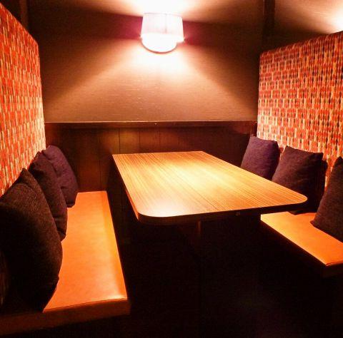 【4名様~6名様向けのテーブル席】お仕事帰りや少人数でのご宴会にぴったりなお席です。お得なクーポンも多数ございます。各種宴会に最適なコースや、種類豊富な単品料理、ドリンクをご用意してお客様のご来店をお待ちしております♪