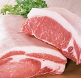【三元豚使用】三元豚(さんげんとん)とは、三種類の品種の豚を掛け合わせた豚を言う。さらりと舌先でとろけ旨味もしっかりと感じられる脂肪と、柔らかくもガッシリとした味を持つ肉質は、多くの実力派シェフに指名され、テレビや新聞をはじめ、日々多くのマスコミに紹介されております。