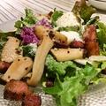 料理メニュー写真白金豚ベーコンと県産きのこの温製サラダ 温玉のせ