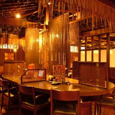 """一部お席とお席の間はすだれで仕切れるようになっており、隣のお客様を気にせずお楽しみ頂けます。個室でなくてもワイワイ楽しんで頂きたい、にじゅうまるの一工夫です♪新横浜で居酒屋をお探しの際はぜひ""""にじゅうまる新横浜店""""へお越し下さい!新横浜/居酒屋/合コン"""