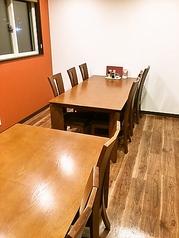 最大6名様用のテーブルが2つあるお部屋です。気の合う仲間と楽しい時をお過ごしください。最大12名様まで入れます。10名様以下の自己都合の場合は別途3000円室料頂いております。