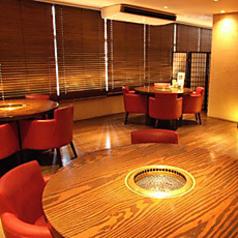 2階の4名様テーブル席。落ち着きのある雰囲気の中、気の知れた友人同士の飲み会や女子会でのご利用におすすめのお席です!