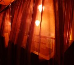 カウンターで密着★カップルシート。カーテンを閉めれば二人だけの世界に…
