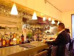 目の前で食事ができる様子や、スタッフとの会話も楽しめる常連さんに人気のカウンター席