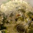 素材へのこだわり1【金色に輝くスープ】主に鶏ガラのダシからとり豚ガラのまろやかさを程よく入れ、ふんだんに白ネギ、玉ねぎ等々の野菜を入れ、すっきり甘みのあるスープです。