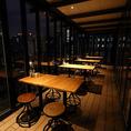 店内奥にあるテラスには、2名様から16名様までのお席をご用意いたしました。亀島川に架かる日本橋水門や首都高を眼下に見下ろすことができるなど、ロケーションは絶好。季節の移ろいを感じながらお食事をお楽しみください。人気のお席のため、ご利用の際はご予約がオススメです!