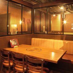 落ち着いた赤を基調としたアジアンテイストな雰囲気の店内。居酒屋でありながら内装にもこだわっており、女子会や接待、誕生日・記念日、懇親会、ママ会など様々なシーンにご利用頂いております。新横浜/居酒屋/個室/接待/合コン/二次会