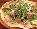 料理メニュー写真生ハムとルッコラのピザ