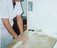 うどん作りに塩を使う理由:グルテンを引き締め(収斂作用),生地の粘弾性を増加させる、生地の発酵を抑制し防腐する、生地の乾燥を防止する、湿度(気温)変化による生地への影響を調節する、うどんの風味・食感を良くする。