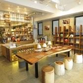 店舗入口を入った手前のスペースはカフェ・スペース!!8名様テーブルで女子会、仲間内の飲み会などの様々なシーンにご活用ください。