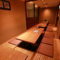21名様~最大30名様までご利用頂ける宴会個室です。お勤め先の決起会や打ち上げなど大人数でのご利用に便利な個室席です。周りのお席も全て個室のフロアですので静かにお食事をお愉しみいただけます。(神保町/宴会/飲み会/接待/掘りごたつ/記念日/和食)