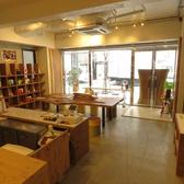 店舗入口手前のカフェ・スペースと奥のレンタル・スペースにそれぞれカウンター席が3席ずつあります。