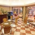 お客様をご案内するまでの時間もリラックスしてお過ごしいただけるよう、落ち着いた色合いのお洒落な待合室もございます。