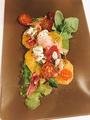 料理メニュー写真生ハムとオレンジのサラダ ヴィネグレットドレッシングで