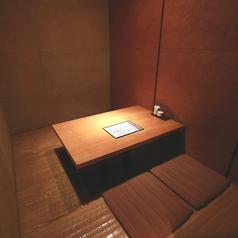 2名様からご利用頂ける少人数向けの個室もご用意しております。こちらはゆったりとした掘りごたつのお部屋です。扉つきの完全個室となっておりますのでプライベート感を重視する接待やデートなどに最適です(神保町/宴会/飲み会/接待/和食/記念日/個室)