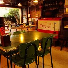 店内の入り口すぐ近くには4名掛けのテーブル席をご用意。レトロな椅子やテーブル、お席からの景色などすべてがまさに昭和!