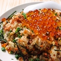 料理メニュー写真鮭といくらの親子チャーハン(バター醤油風味)