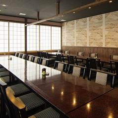 洗練された和空間。3階の大広間は、40名様が一同に会せるお座敷。足腰に負担の少ないテーブル席になっておりますので、どなた様にもゆったりとお過ごしいただけます。