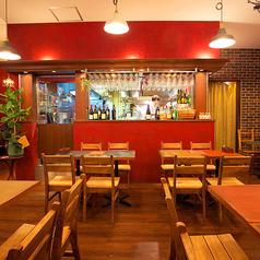 【テーブル席】デート・女子会にピッタリ♪梅田の大人のお洒落スポット♪ NU茶屋町9階にある当店。アンティーク調のテーブルにチェア、レンガや赤色の塗り壁、シャンデリアやスタイリッシュなペンダントライト… 多彩な表情を魅せる、異国情緒溢れる空間です。