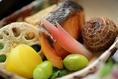 自家工場での造りたての生湯葉(ゆば)料理をはじめとして、旬の京野菜や食材を用いた季節のお料理をご用意しております。盛り付けもお愉しみ下さい。