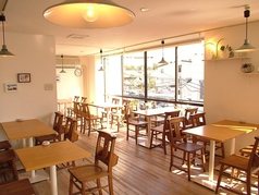 《3F》窓際の明るくて広めの4名様席が人気です。早めのご予約であなたの特等席をお取りできます。
