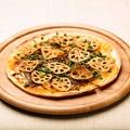 料理メニュー写真きんぴらごぼうの薄焼きピザ
