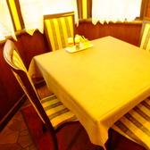 あたたかな日差しに包まれた二階のテーブル席は、いつも賑わう大人気席。
