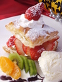 料理メニュー写真季節のフルーツたっぷりミルフィーユのバニラ添え