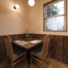 店内入って右奥のテーブル席はデートに最適なカップル席。