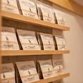 「本当の美味しい紅茶をより多くの人に楽しんでもらいたい」オレンジフィールズティーガーデンではスリランカから直送される新鮮な茶葉で淹れる紅茶をお楽しみいただけます。直接スリランカに足を運び、厳選した個性豊かな紅茶は全部で約30種ほど。お客様の目の前で淹れる紅茶の豊かな香りにつつまれてみませんか?