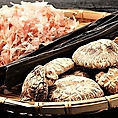 【和風だし×洋風だし】和洋折衷のWスープで作るお好み焼きへとリニューアル!「和風出汁」昆布・かつお節・しいたけの3種の相乗効果でうま味を最大限に引き出します。【伝統の洋風出汁】元洋食屋の伝統を活かし鶏ガラ×香味野菜をじっくりと煮込みました!